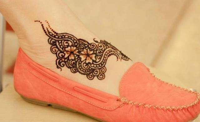 Stylish Light and Heavy Mehendi Designs for feet for this Eid