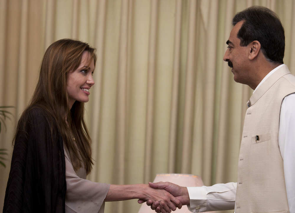 angelina jolie wearing shalwar kameez - salwar kameez and shaking hands with former prime minister of Paksitan