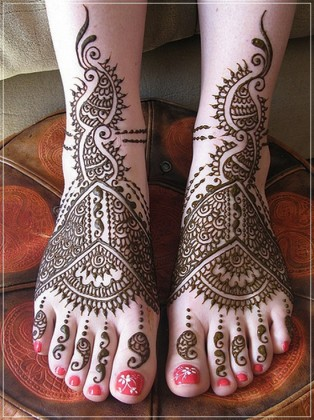 Stylish heavy Mehendi Designs for feets for this Eid