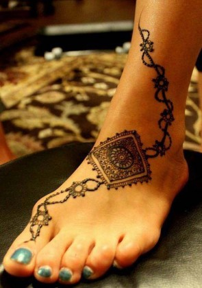 Stylish Light and Heavy Mehendi Designs for foot for this Eid